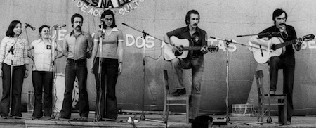 """Intervenção do Grupo de Acção Cultural """"Vozes na Luta"""", em 1975."""
