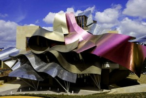 Edifício do arquitecto pósmodernista canadiano Frank Gehry.