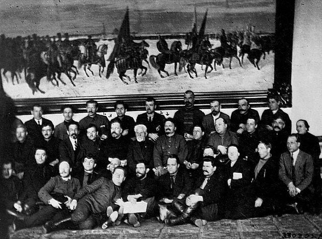 Trótski e Kámenev posam para foto com delegados ao 12º congresso do Partido Comunista Russo (bolcheviques) em 12 jun. 1923