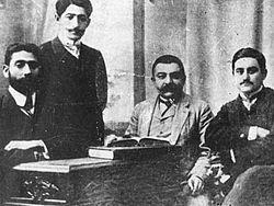 """Azizbekov, Melikov, Akhundov e Rasulzadeh, fundadores do """"Hummet"""" (o Partido Social Democrata Muçulmano)"""