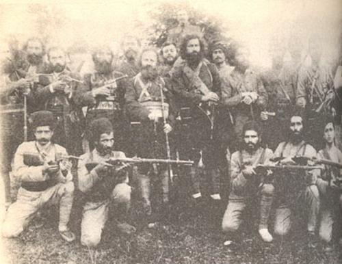 Guerrilheiros iranianos da República Socialista de Gilan, abandonados com a retirada das tropas russas do Irã em 1921