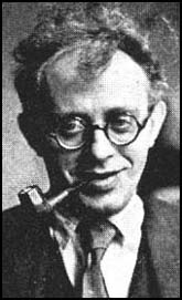 Karl Radek, depois de ter trocado a pistola pelo cachimbo