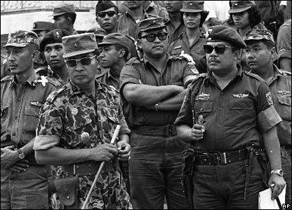 Militares indonésios durante a caça aos comunistas