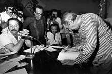 Mário Pedrosa assina a ficha de filiação nº 01 do Partido dos Trabalhadores