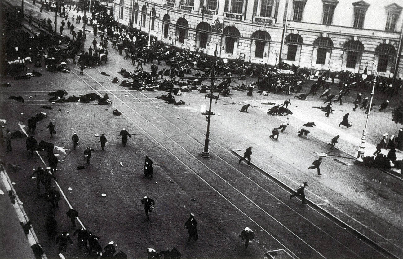 Manifestantes são metralhados na perspectiva Nevsky (04 jul. 1917)