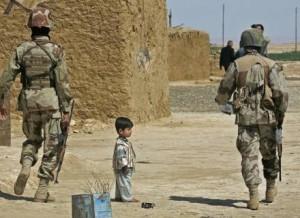 Soldados estadunidenses policiam vilarejo ao norte de Bagdá