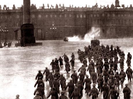 """Cena da peça """"A Tomada do Palácio de Inverno"""", dirigida por Nikolai Evreinov (1920)"""