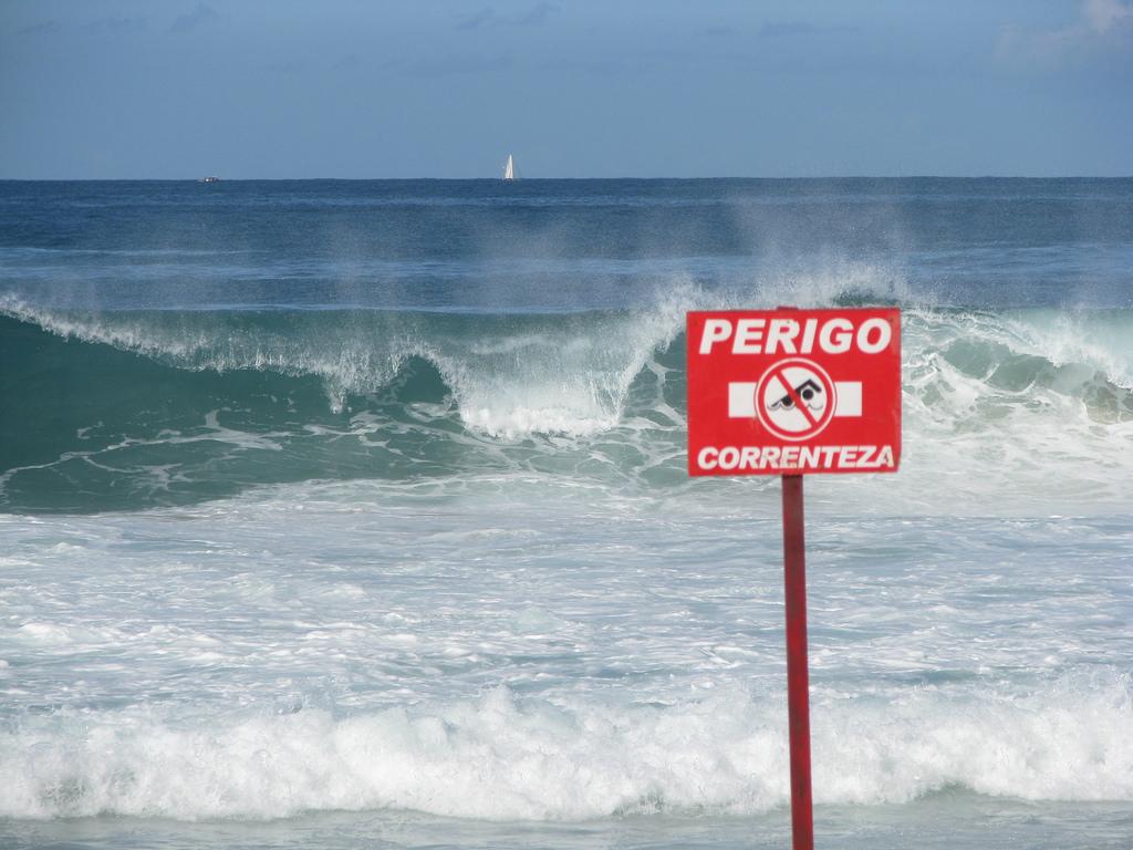 Olha a onda, olha a onda. Cuidado que a correnteza te leva!