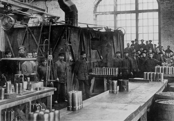 Metalúrgicos da Putilov fabricando munições (começo do século XX)