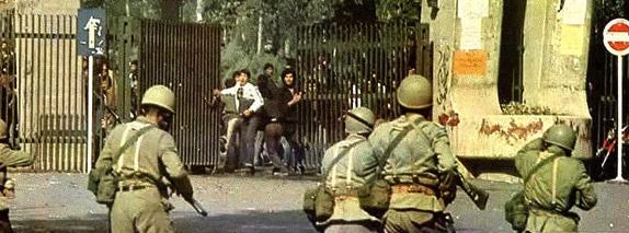 Soldados com máscara de gás confrontam-se com estudantes revoltosos nos portões da Universidade de Teerão (1978).