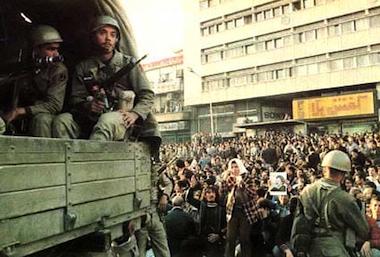 Manifestação contra o Xá em Teerão, com a tropa por perto para controlar a multidão, 1978.