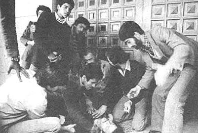 Socorrendo um manifestante ferido, Outono de 1978.