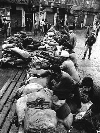 O povo arma-se com armas dos quartéis conquistados em Teerão, um ou dois dias antes de queda da monarquia, Fevereiro de 1979.