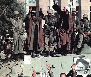 Clérigos muçulmanos e soldados dão as mãos em sinal de amizade, em cima de um blindado, Fevereiro de 1979.