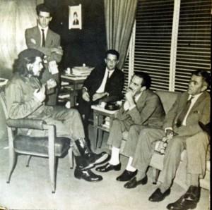 Che Guevara se reúne com Jânio Quadros; Moniz Bandeira acompanha a reunião, ao fundo