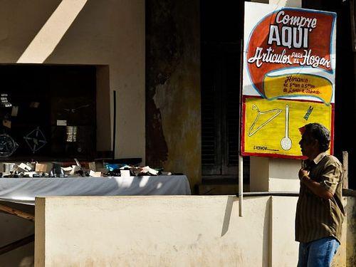 homem-observa-anuncio-em-uma-loja-de-mayabeque-em-cubaafp