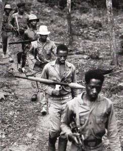 Guerrilheiros do PAIGC deslocam-se entre a floresta de Guiné-Bissau