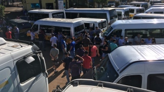 Motoristas param distribuidora de combustível em Goiás