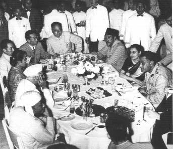 Alguns chefes de Estado e de governo presentes na Conferência de Bandung jantando na Embaixada chinesa