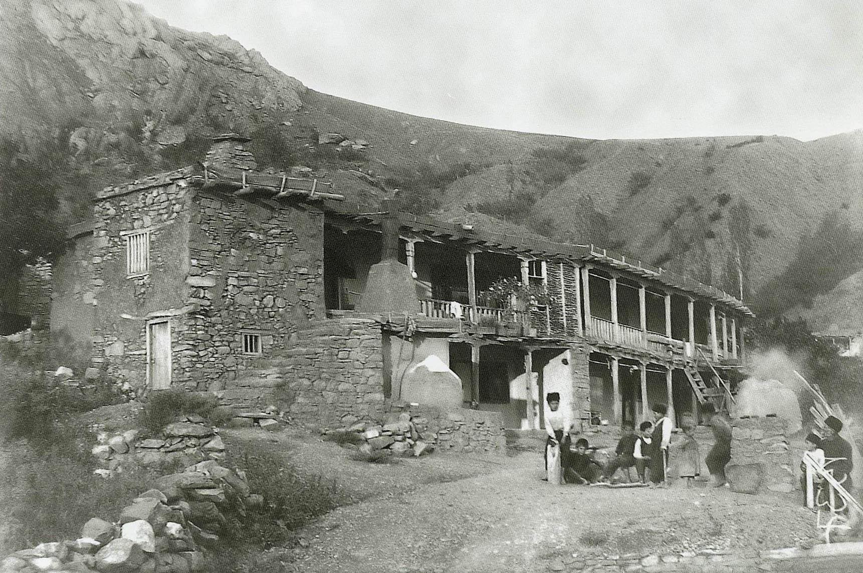 Casa rural tártara nos anos 1920 na vila de Shúmy, atual Verhnjaja Kutuzovka, na Ucrânia. Foto de Useyn Bodaninsky.