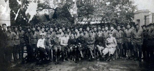 Colegiado Militar Central Muçulmano antes de sair de Moscou rumo a Cazã, no fronte oriental, em 1º ago. 1918. M. Vahitov é o 5º a partir da esquerda, na primeira fila.