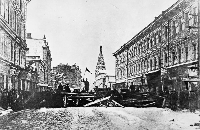 Barricada erguida por trabalhadores sublevados em Moscou (1905)