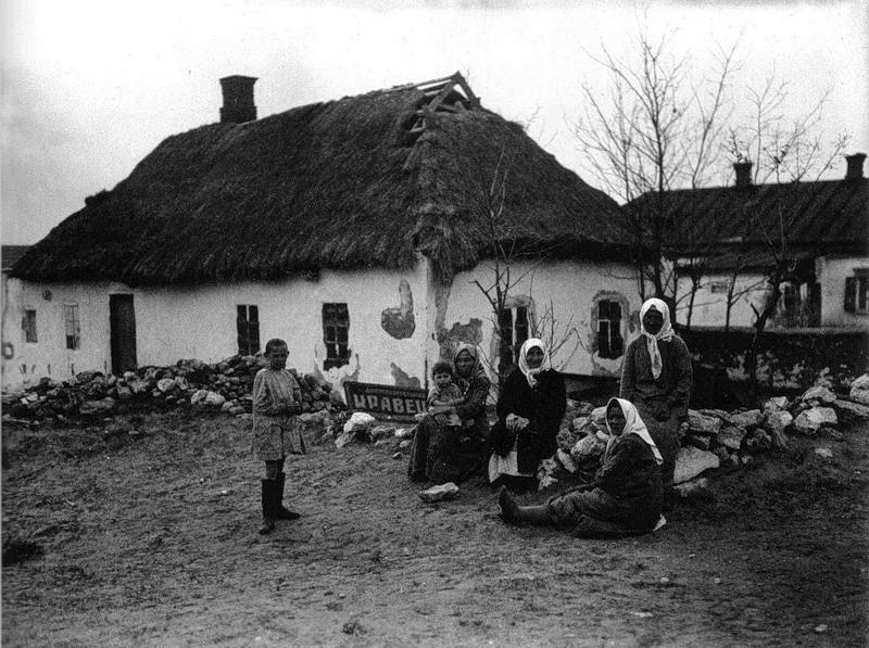 Camponeses despossuídos próximos a seu lar (Ucrânia, 1929)